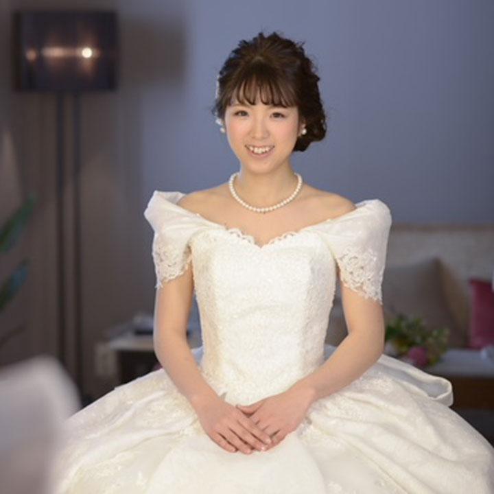 ジャカード素材のオフショルダードレスを着た花嫁