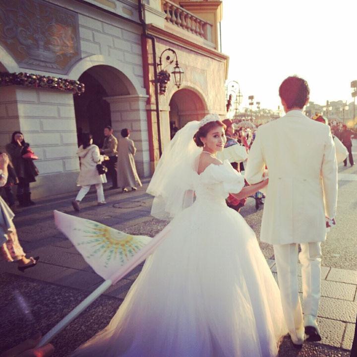 大きなパフスリーブのオフショルダードレスを着た花嫁