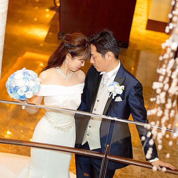 マーメイドラインのオフショルダードレスを着た花嫁です。