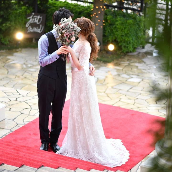 レース素材のオフショルダードレスを着た花嫁です