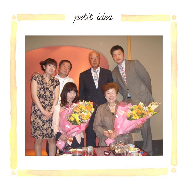 母たちに花束を贈呈したときの家族集合写真