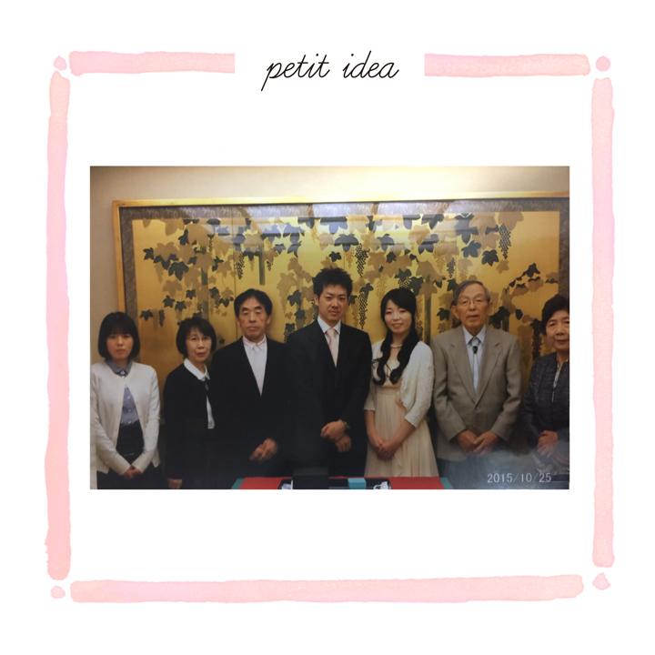 家族の集合写真。金の屏風前にみんなで並んで撮影