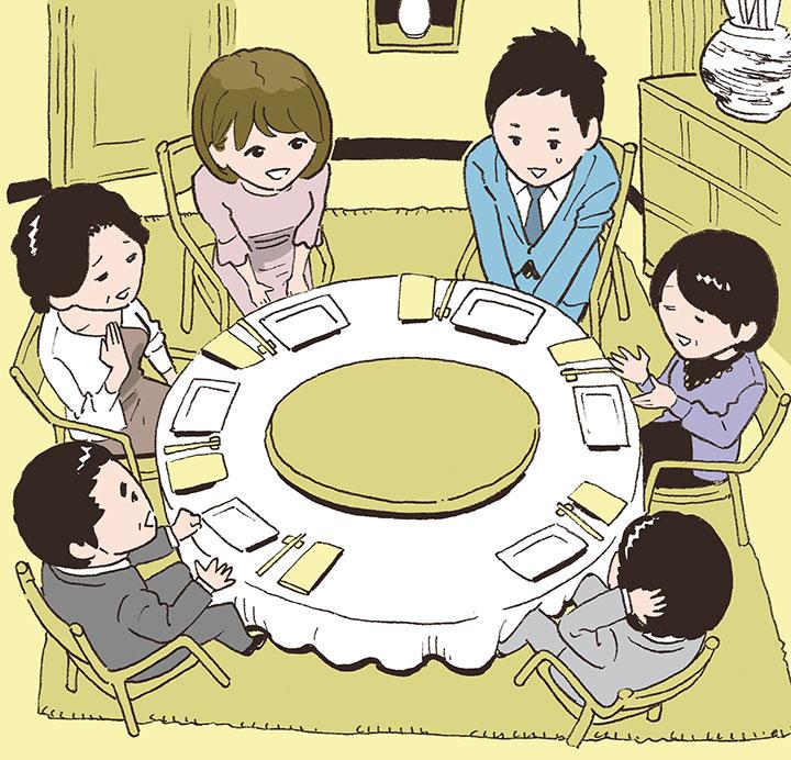 丸テーブルを囲んで会食する両家の家族