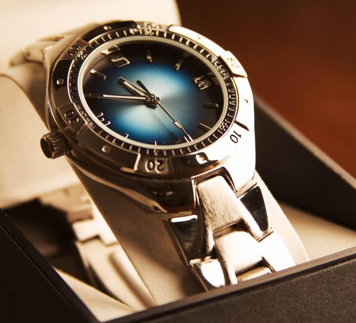 ギフトケースに入ったメンズ用の腕時計