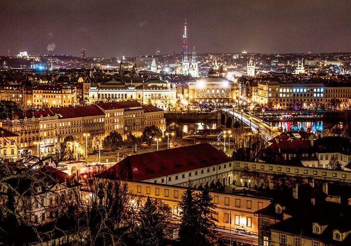 ライトアップされたプラハの夜景(チェコ)