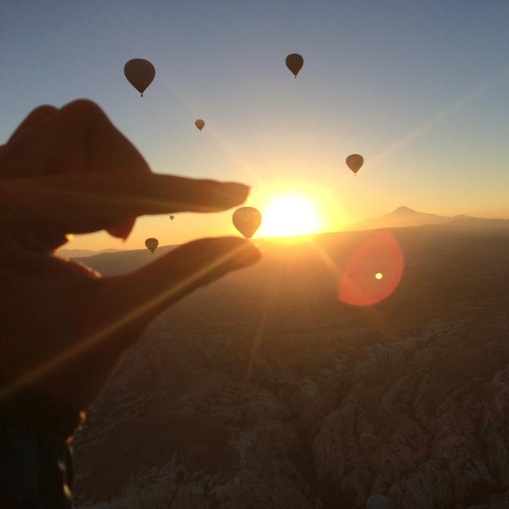 空に舞い上がる気球