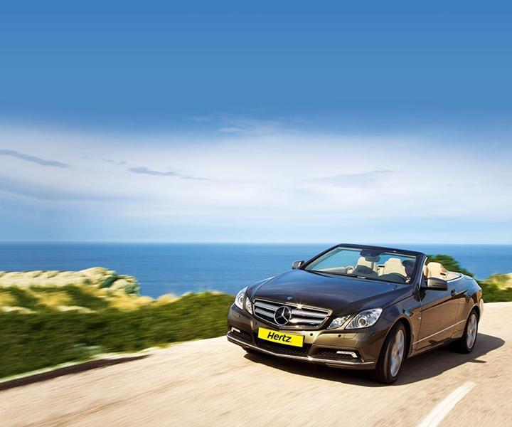 憧れの高級車で、海沿いの道をドライブしたい♪