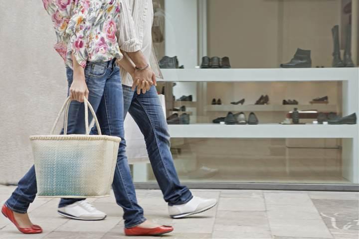 スニーカーとペタンコ靴で歩くカップル
