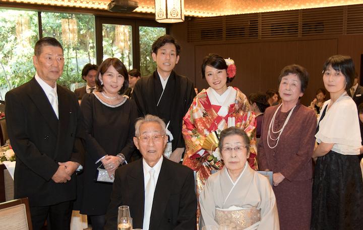 式当日。祖父母のテーブルで親族と記念撮影