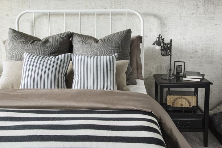枕やカバーが整えられたベッド