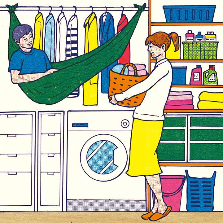 洗濯機の上のデッドスペースに、シャツと一緒に納まっている夫