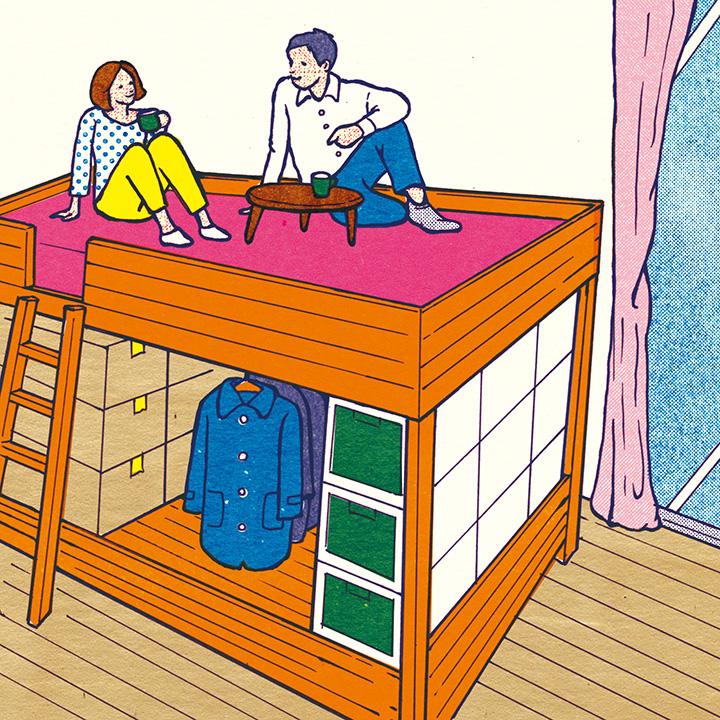 2段ベッド型の家具の上でくつろぐカップル
