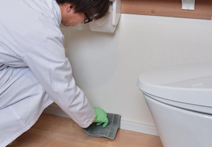 <2>床の隅までしっかり拭き掃除