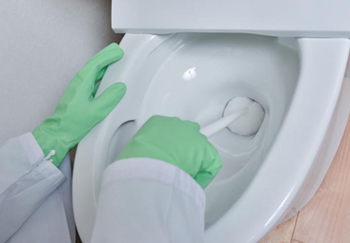 <5>ブラシで水位を下げて、輪染みを掃除