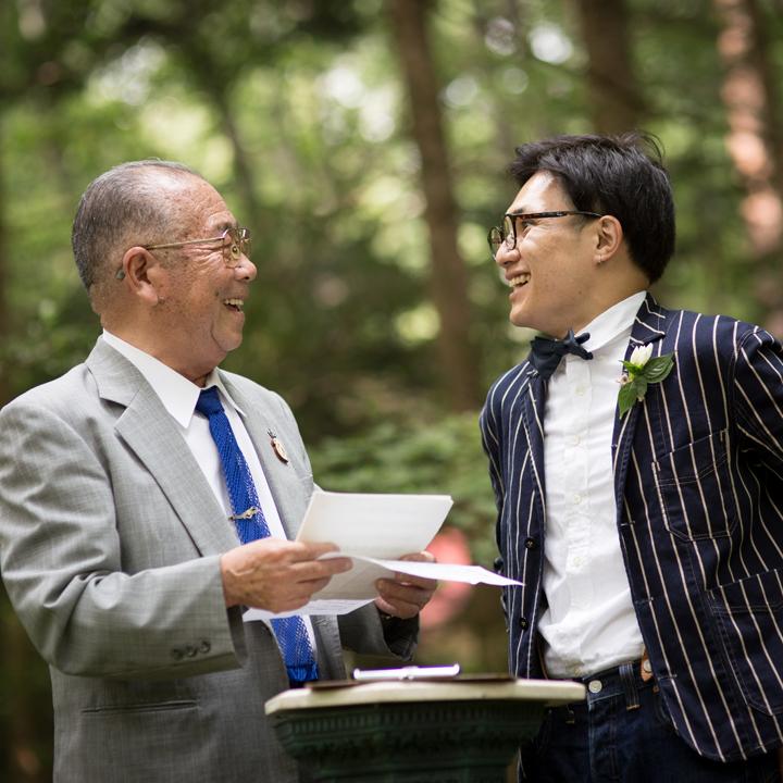 新郎と、人前式の司式者を務める祖父が談笑している場面