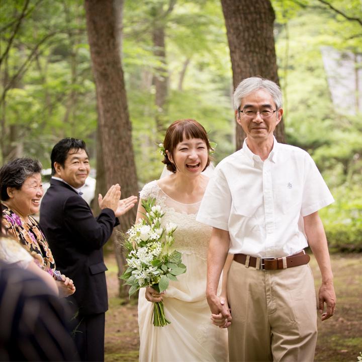 父親と手をつないで歩く花嫁