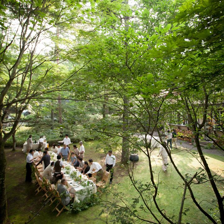 緑の木陰にテーブルをセットしてパーティ