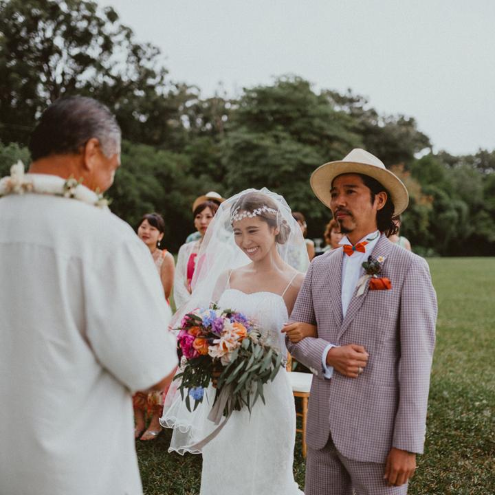 挙式で愛を誓い合うふたり