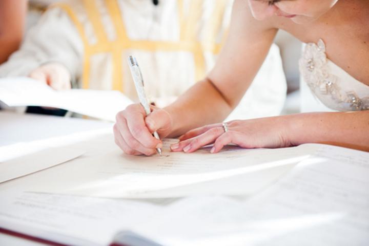 書類を書く花嫁