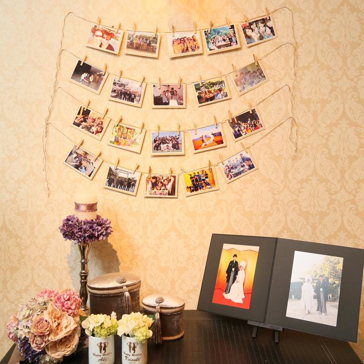 壁に写真を並べて飾っている様子