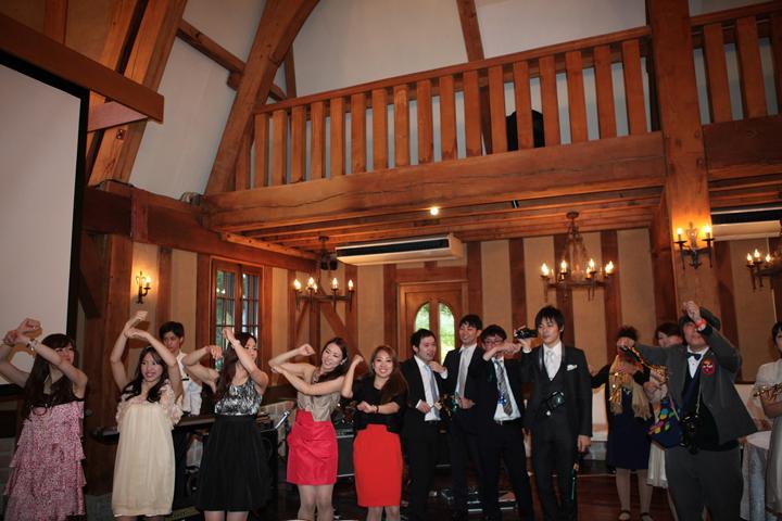 参加者全員でダンスの練習をする様子