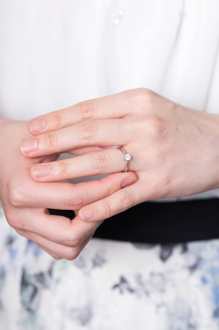 婚約指輪をつけた花嫁