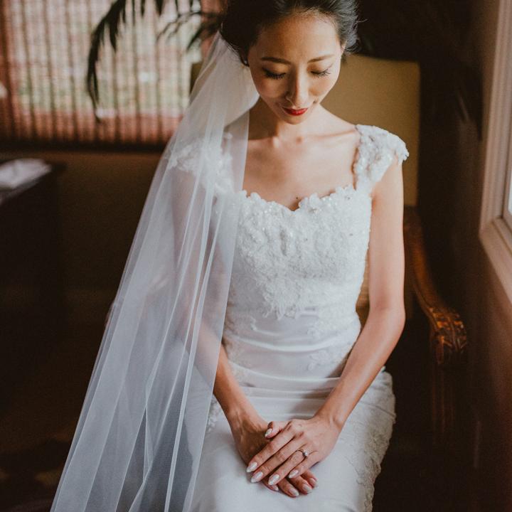 ドレス姿で椅子に腰かける花嫁