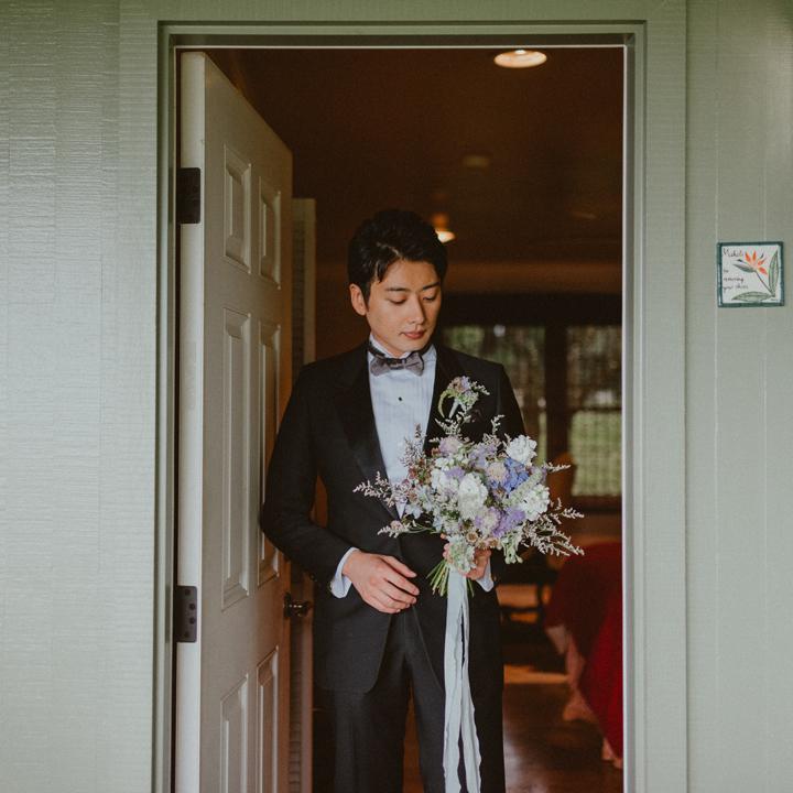 花嫁の祖父のタキシードを着た新郎