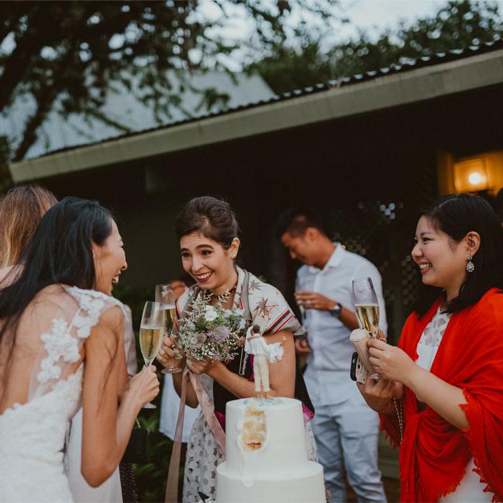 笑顔でゲストとおしゃべりする花嫁