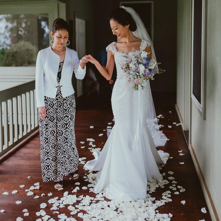 母とバージンロードを歩く花嫁