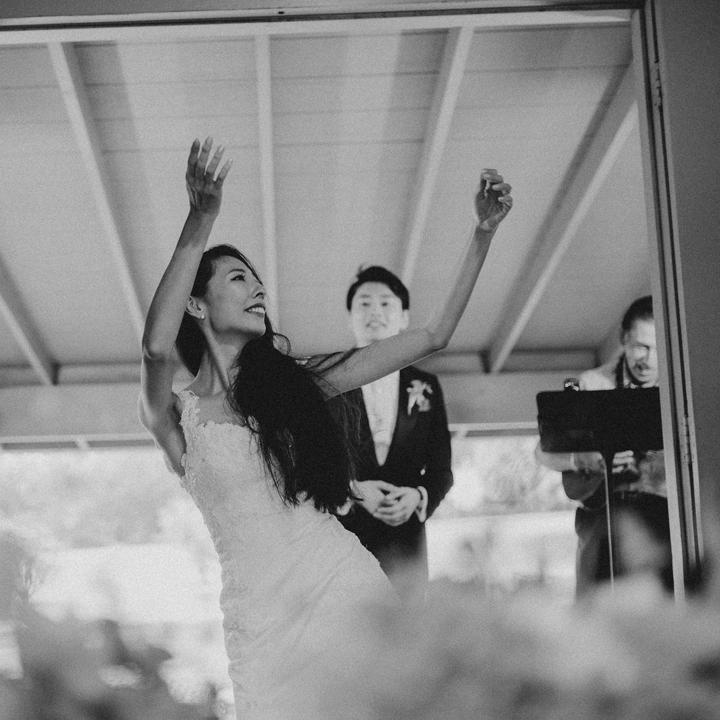 新郎の歌に合わせてフラを踊る花嫁