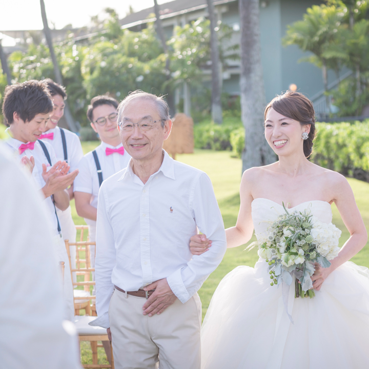 父親と腕を組んで入場する花嫁