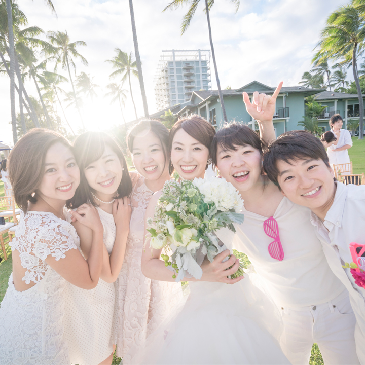 友人たちに囲まれた花嫁