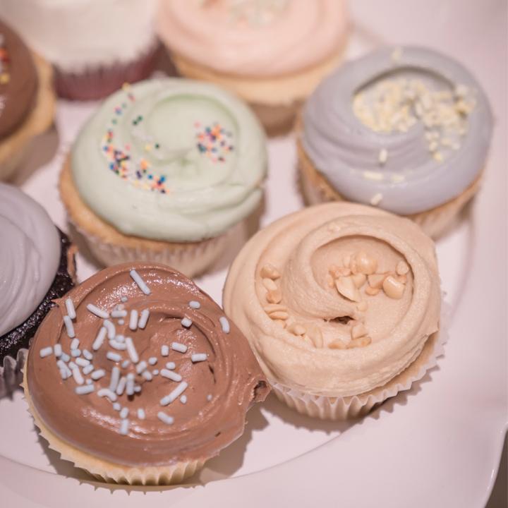 ウエディングケーキ代わりに用意した人数分のカップケーキ