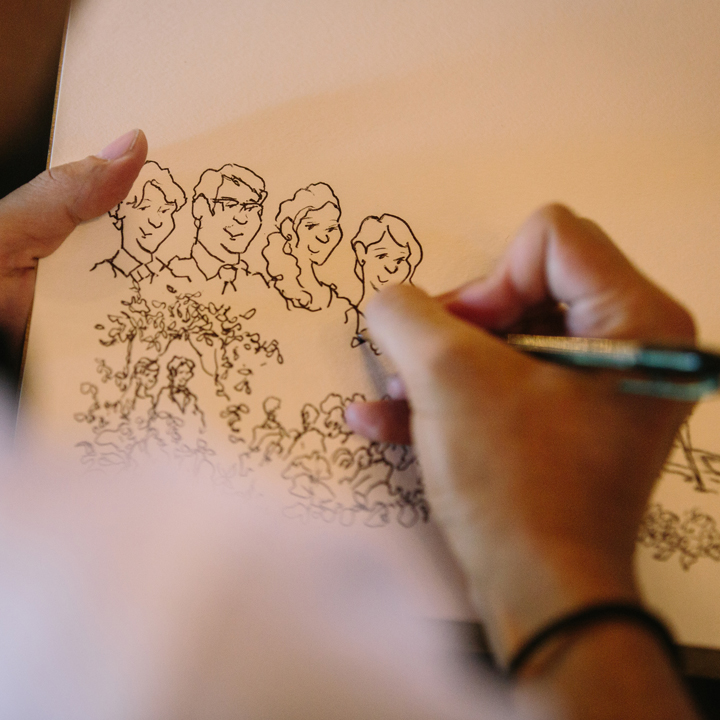 パーティ中、ゲストの似顔絵を描いてもらっているところ