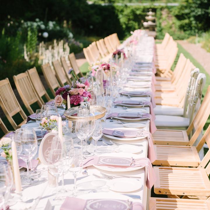 ガーデンに設置されたパーティテーブル