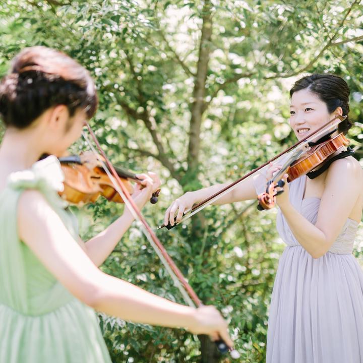 挙式でバイオリンを奏でる花嫁の姉妹