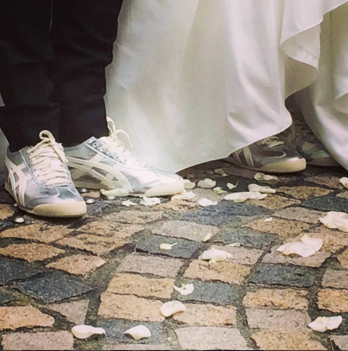 挙式後に新郎新婦はお揃いのスニーカーに衣装チェンジ