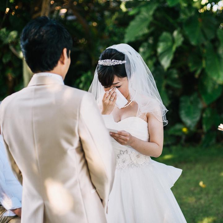 誓いの言葉に涙ぐむ花嫁