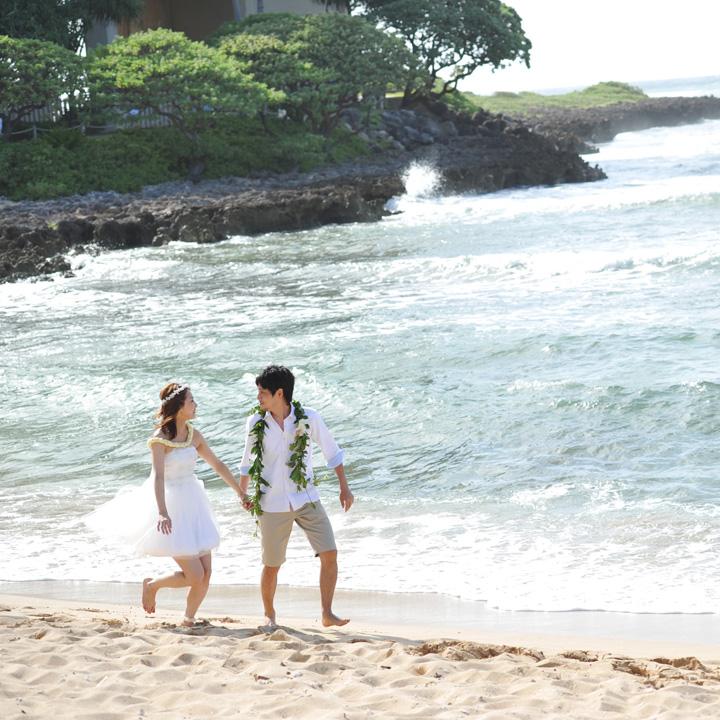 ビーチを裸足で歩くふたり