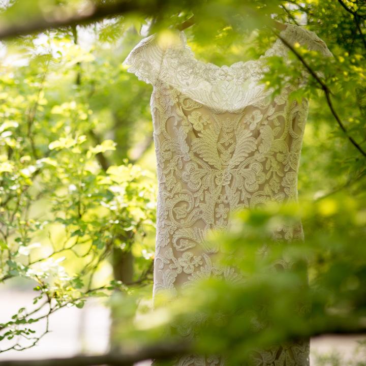 会場の木につるしたウエディングドレス