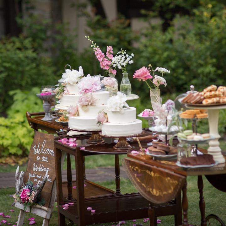 ケーキやスイーツが乗ったテーブル