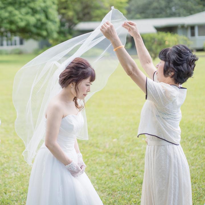 母からベールダウンをしてもらう花嫁