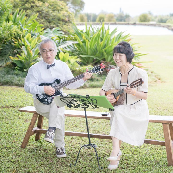 趣味のマンドリン演奏を披露する花嫁の両親