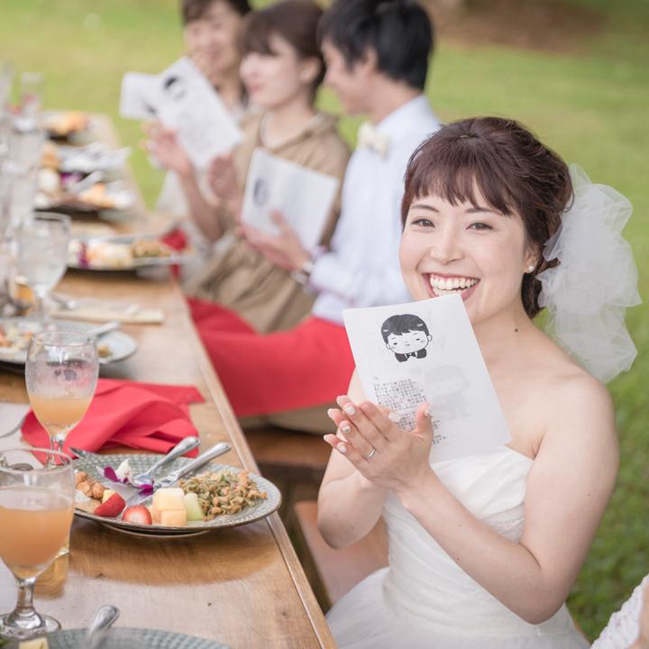 パーティ中、笑顔を見せる花嫁