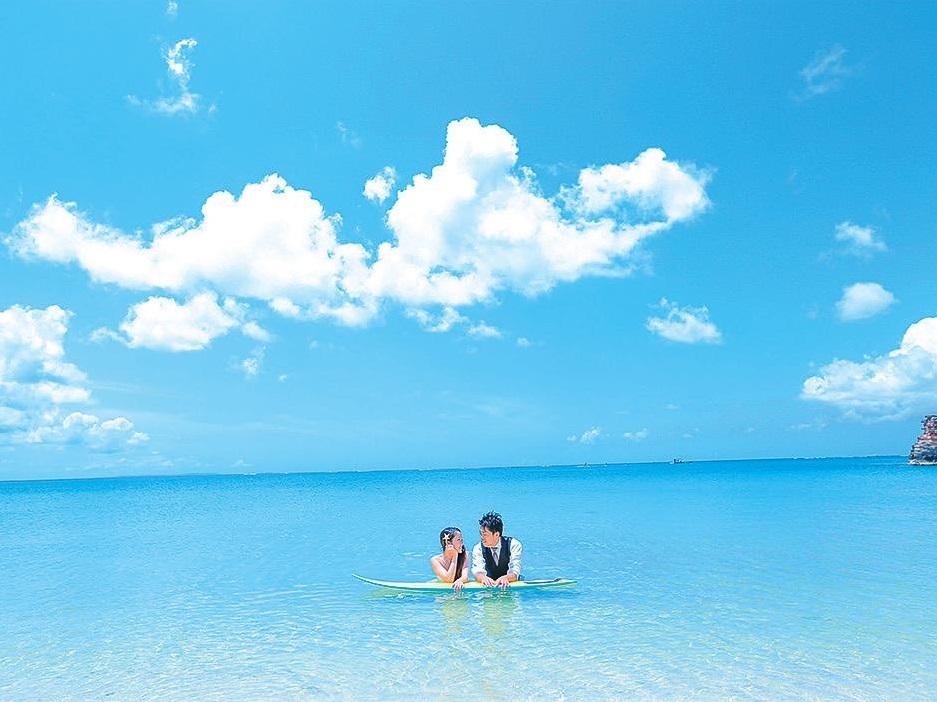 [沖縄]サーフボードに肘をつく