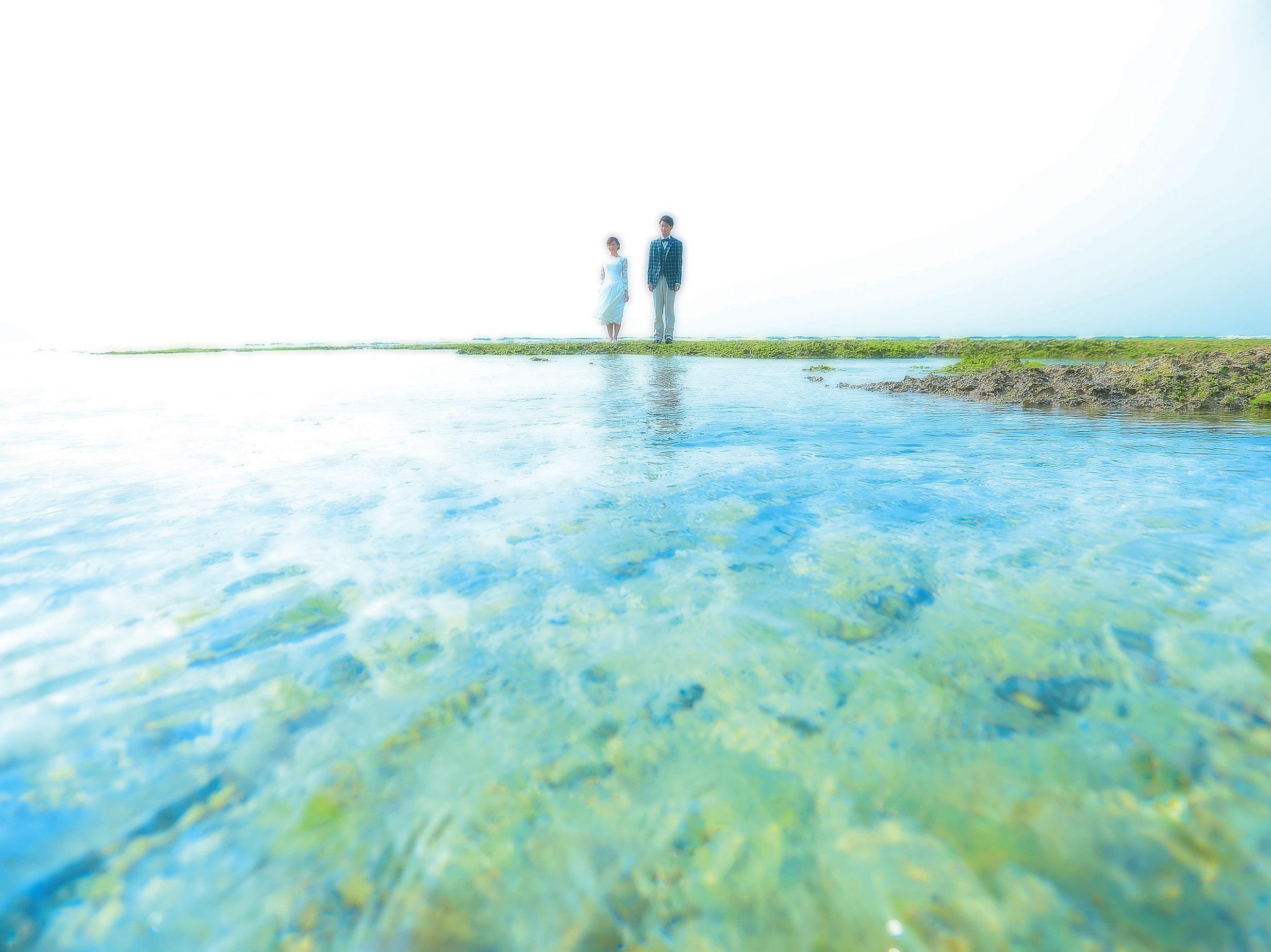 [沖縄]爽やかな海面と二人