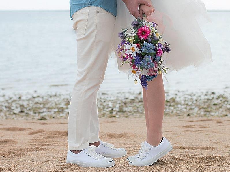 [沖縄]浜辺で向かい合う二人の足元