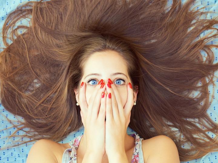 髪を振り乱す女性が、口に両手を手を当てて「ハッ!やってしまった!」の顔