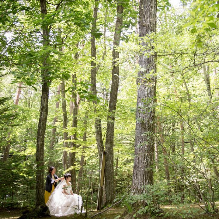 森の中でお支度の仕上げをする花嫁